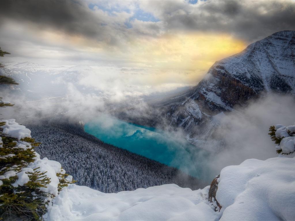 Montaña Nevada 1024x768: Montañas, Nieve, árboles, Niebla, Río, Invierno Fondos