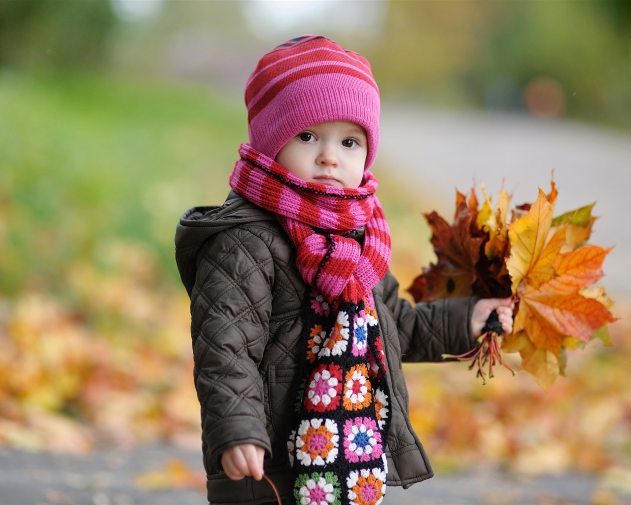 Cute baby in autumn wallpaper - 1280x1024