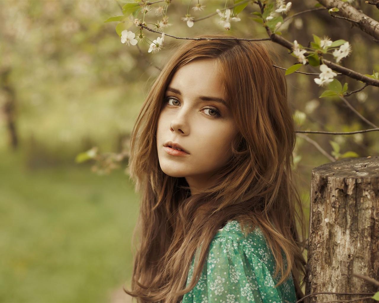 pt.best-wallpaper.net/wallpaper/1280x1024/1307/Beautiful-brown-hair-girl-in-the-forest_1280x1024.jpg