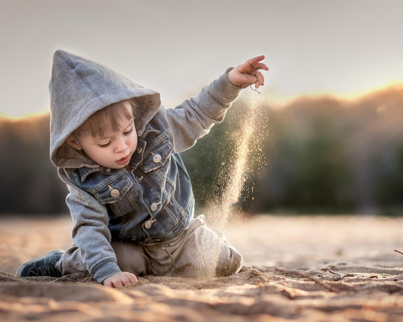 Ребенок в капюшоне фото