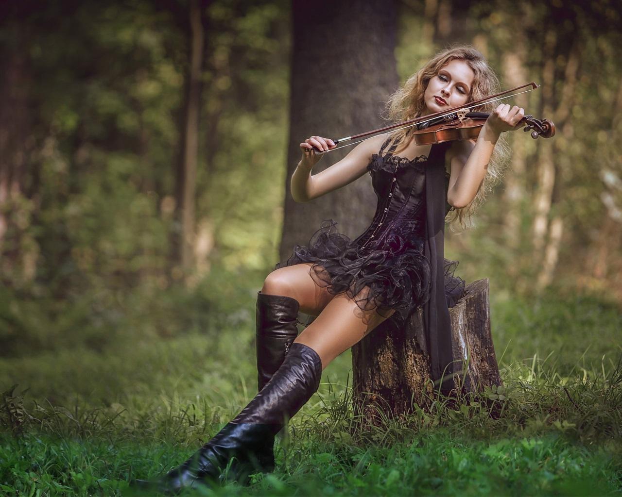 wallpaper black skirt girl play violin in forest 2560x1440
