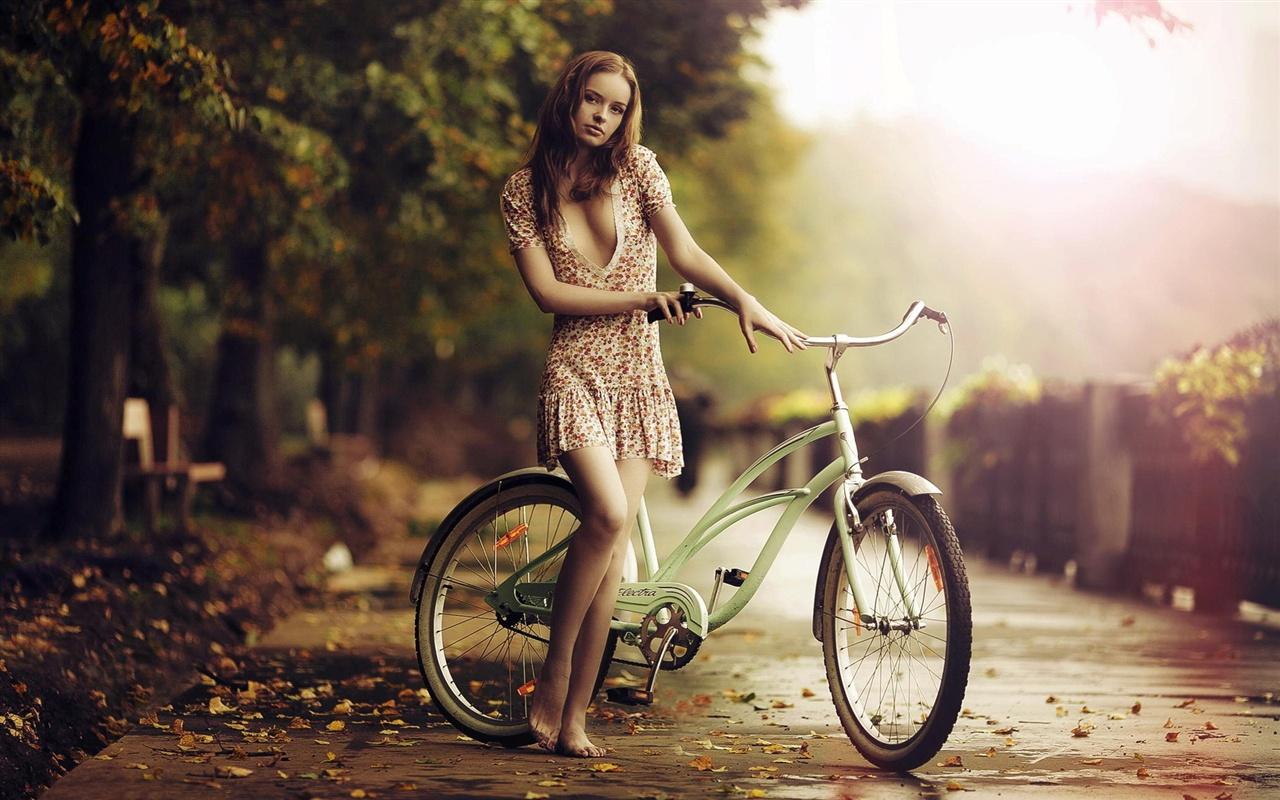 美しい裸足の女の子、自転車 ...