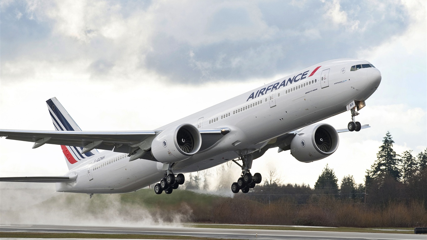 壁纸  下载 1366x768 波音777飞机起飞的机场 桌布, 图片 当前尺寸