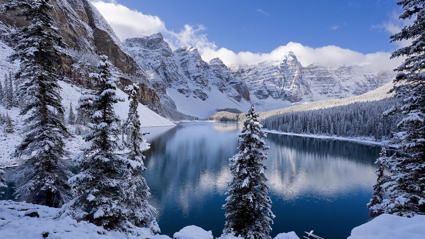 冬、雪に覆われた山々や木々、凍った湖 壁紙 - 1366x768   冬、雪に覆われた山々や木々