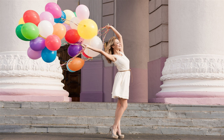 微笑的女孩,五颜六色的气球 壁纸