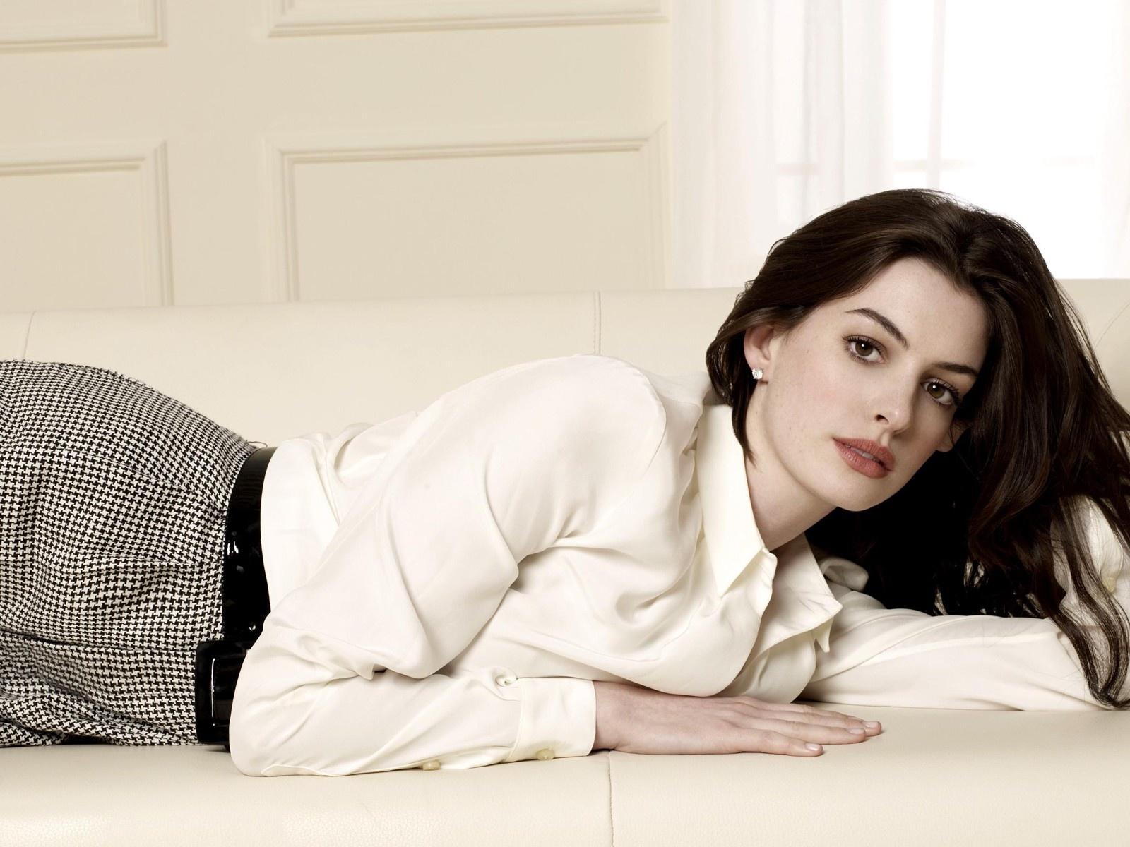 Anne-Hathaway-04_1600x...