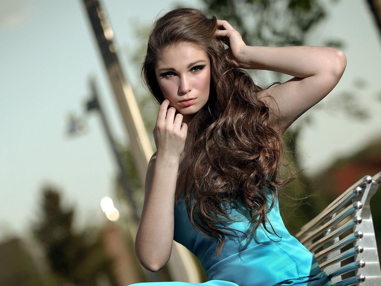 Fonds d 39 cran jolie fille cheveux longs assis chaise for Fond ecran jolie fille