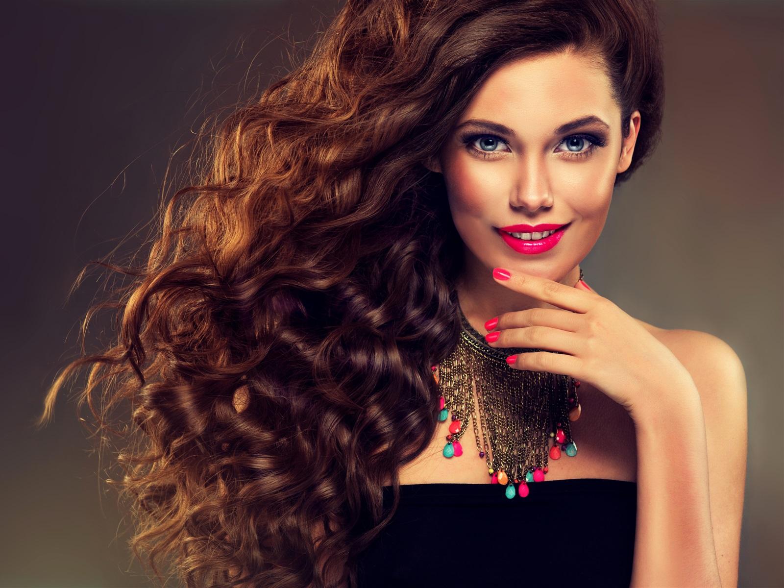 Девушка с макияжем и длинными волосами 877