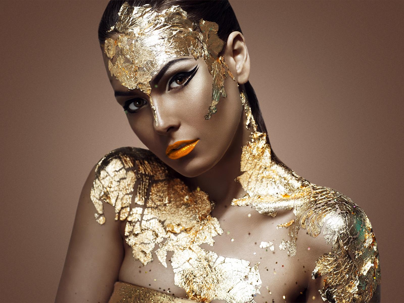 Золотистое платье и макияж