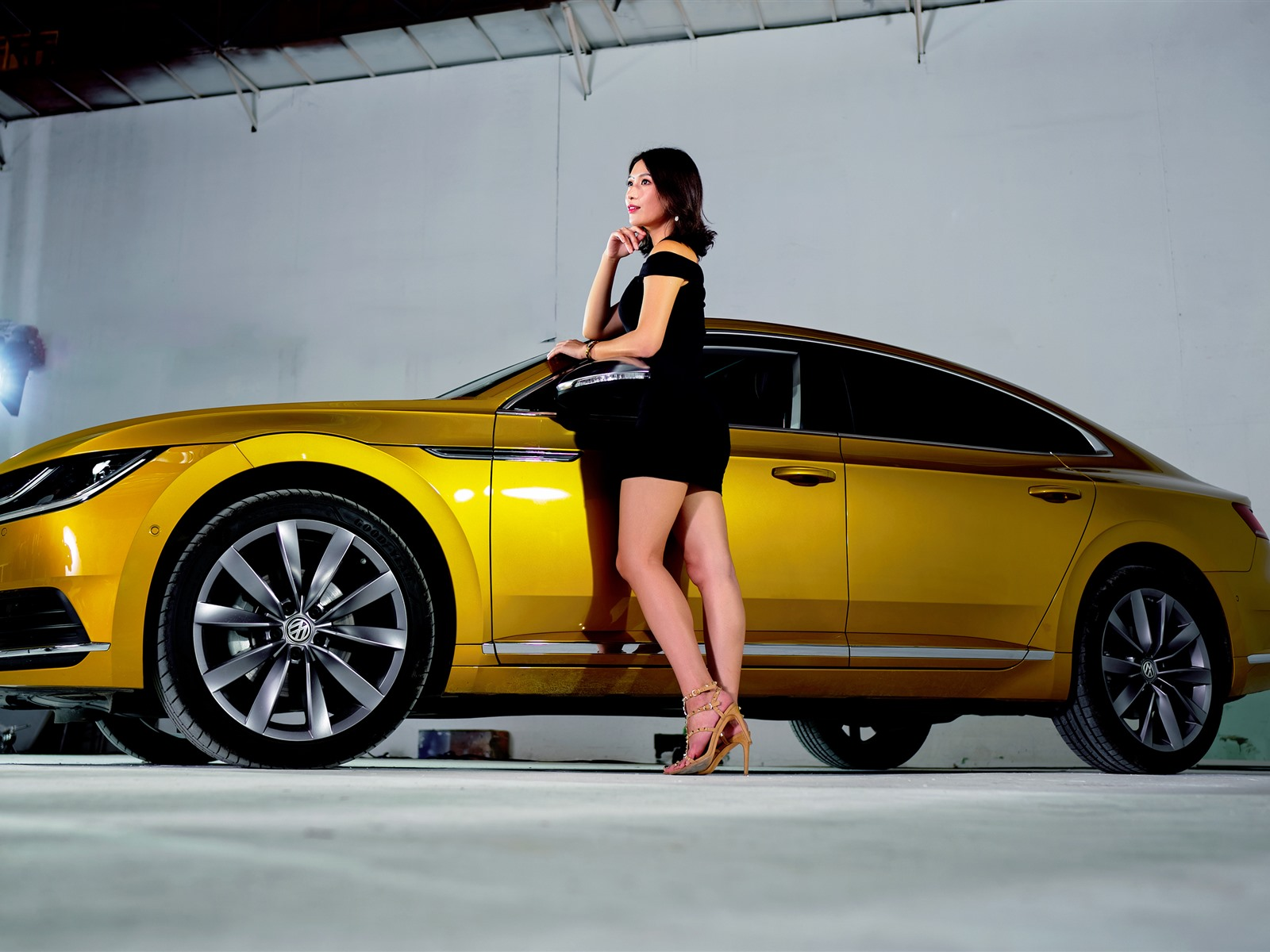 Wallpaper volkswagen yellow car side view black skirt girl 2880x1800 hd picture image - Car side view wallpaper ...