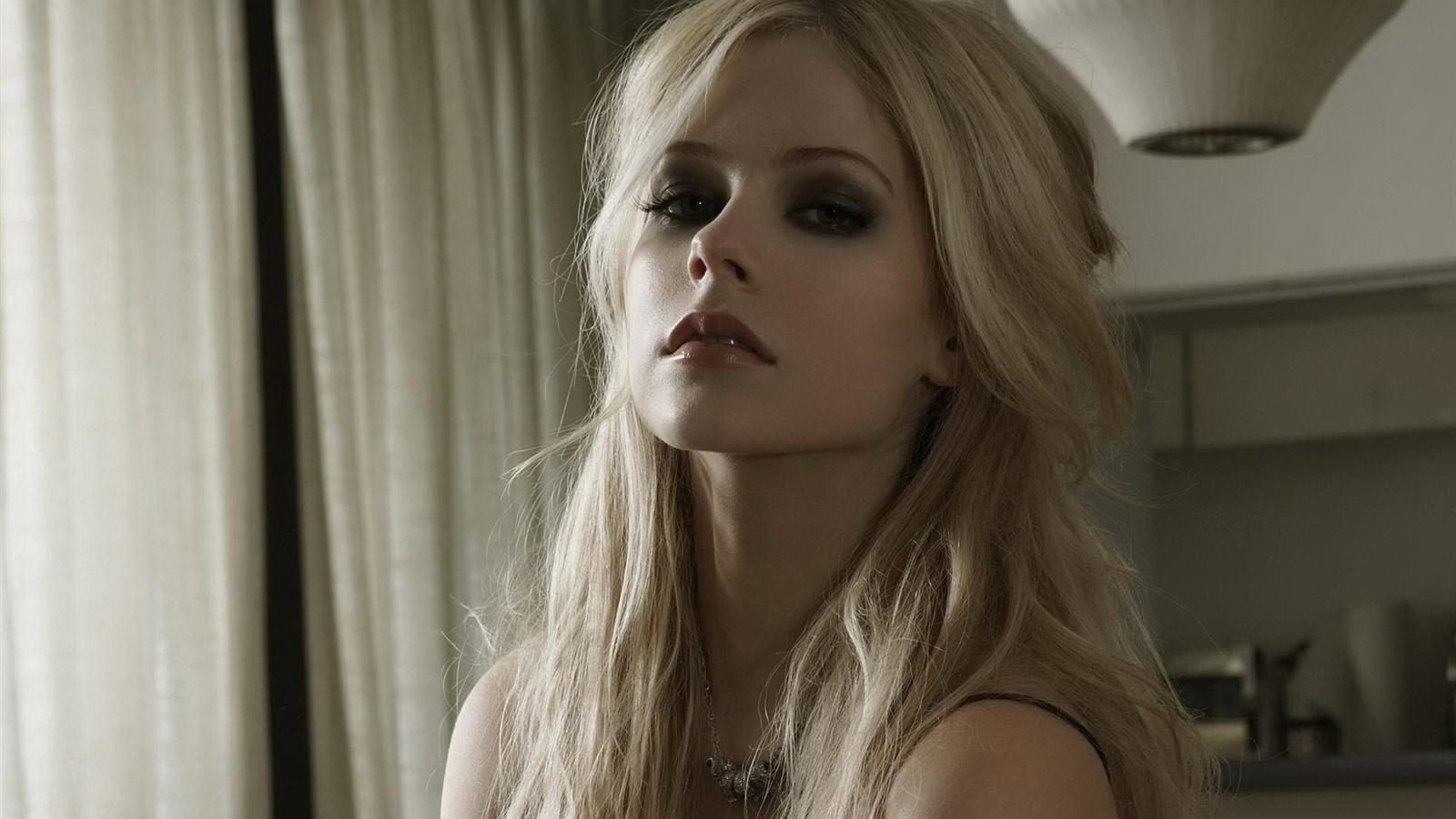 Avril-Lavigne-34_1600x900.jpg
