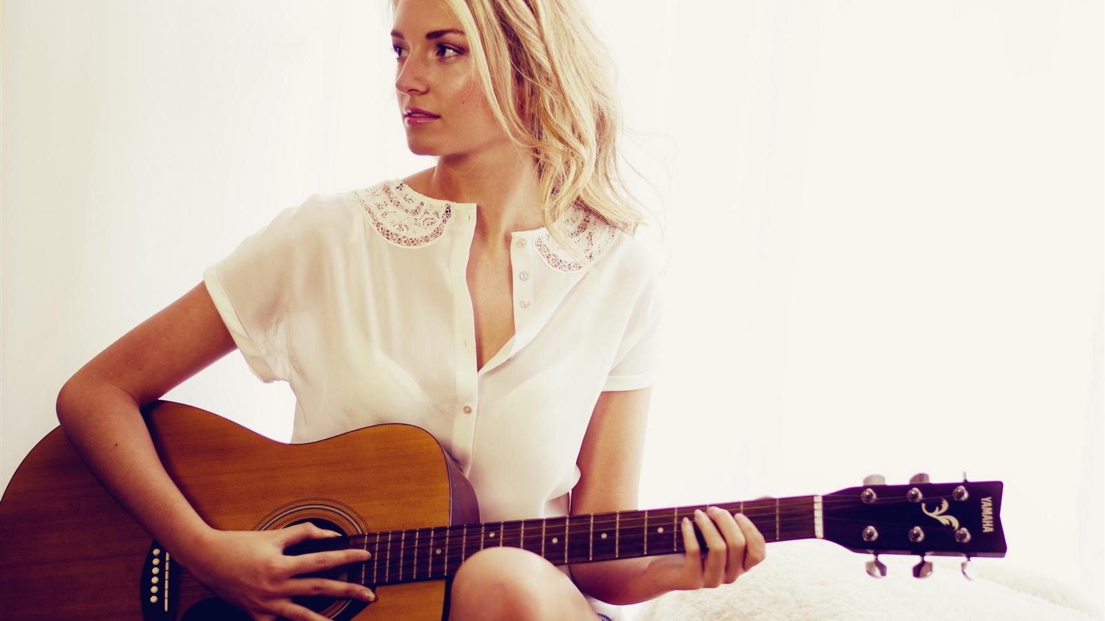 ギターの女の子、白いドレス、金髪 壁紙 1600x900