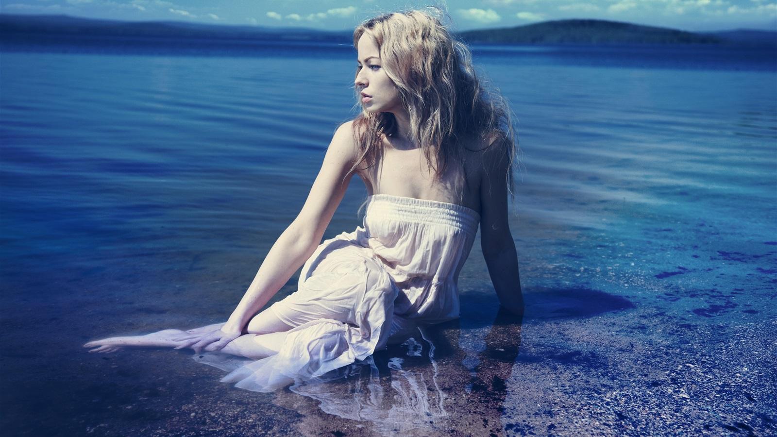 в воде блондинка