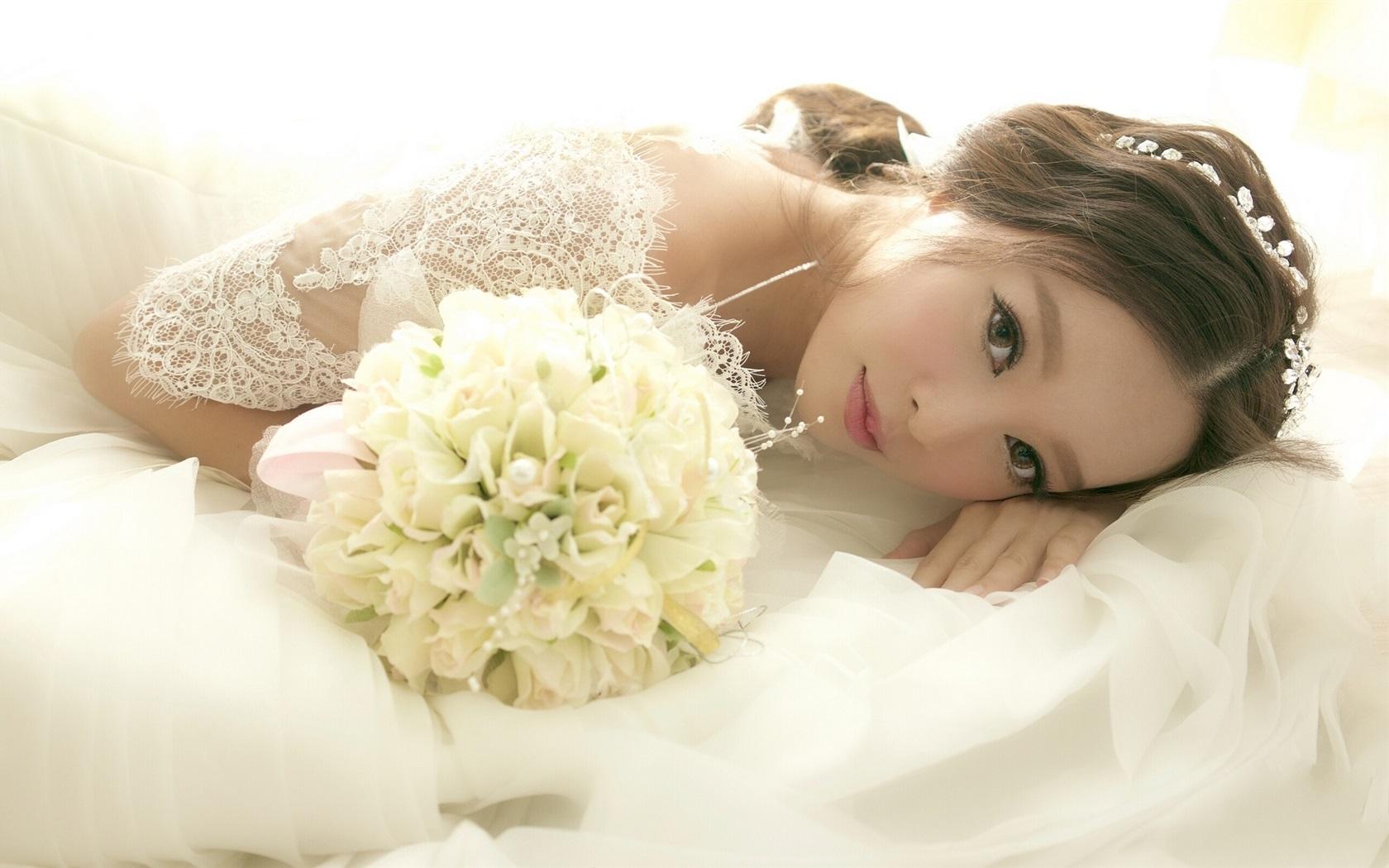 Свадебные девушка на цветками
