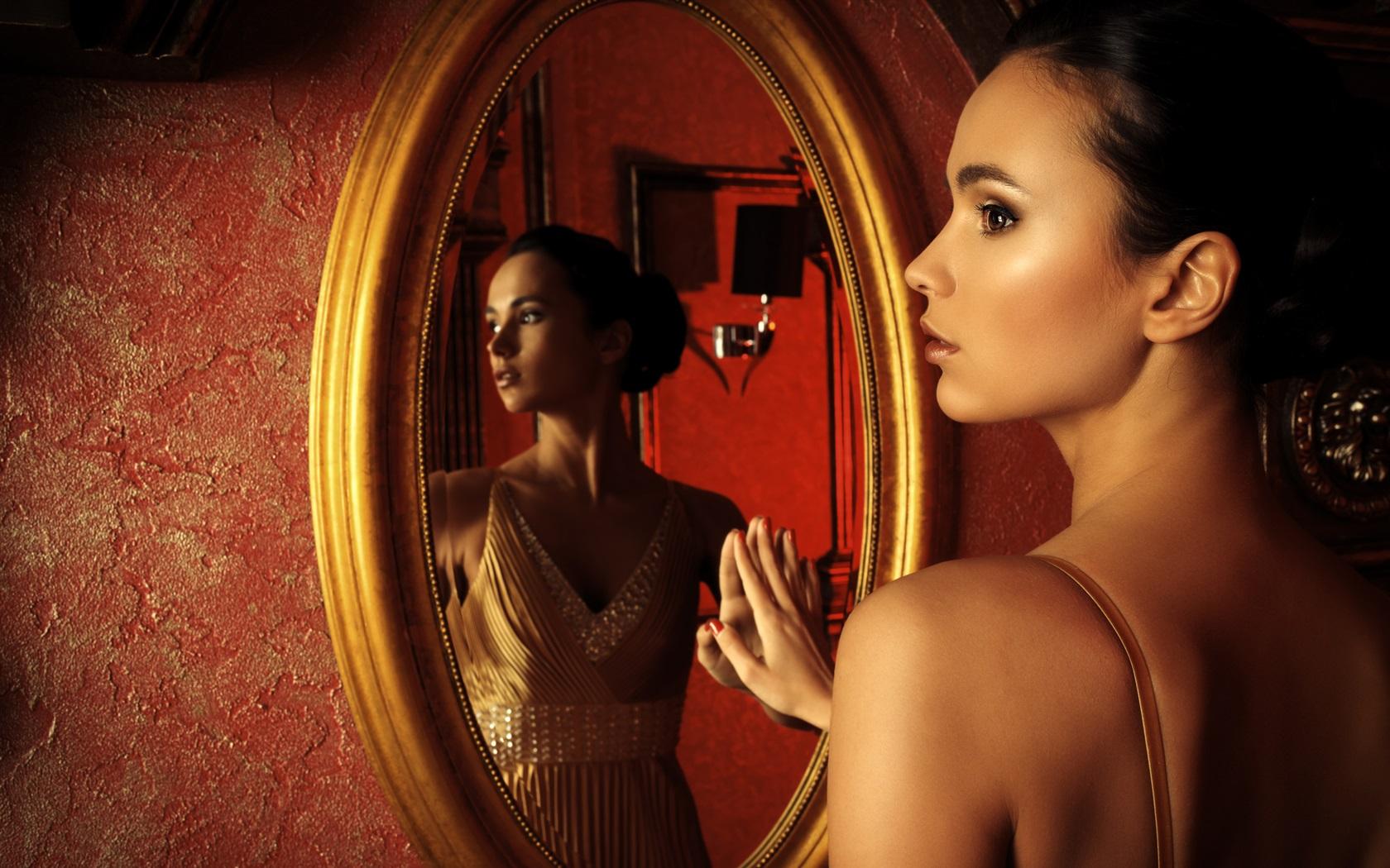 Видеть во сне зеркало — предвестие скорого замужества, а для людей состоящих в браке такой сон означает измену.