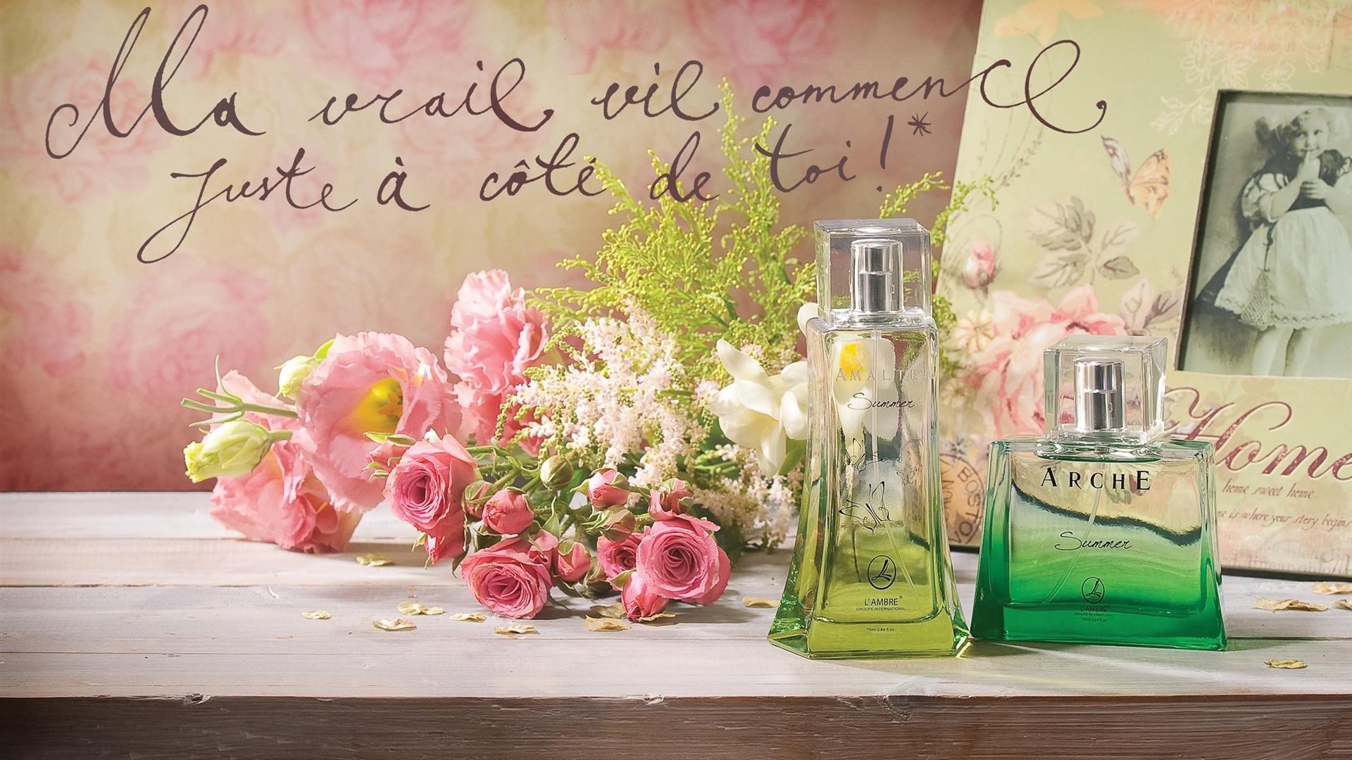Naturaleza muerta en el escritorio, perfume, rosas rosadas, marcos ...