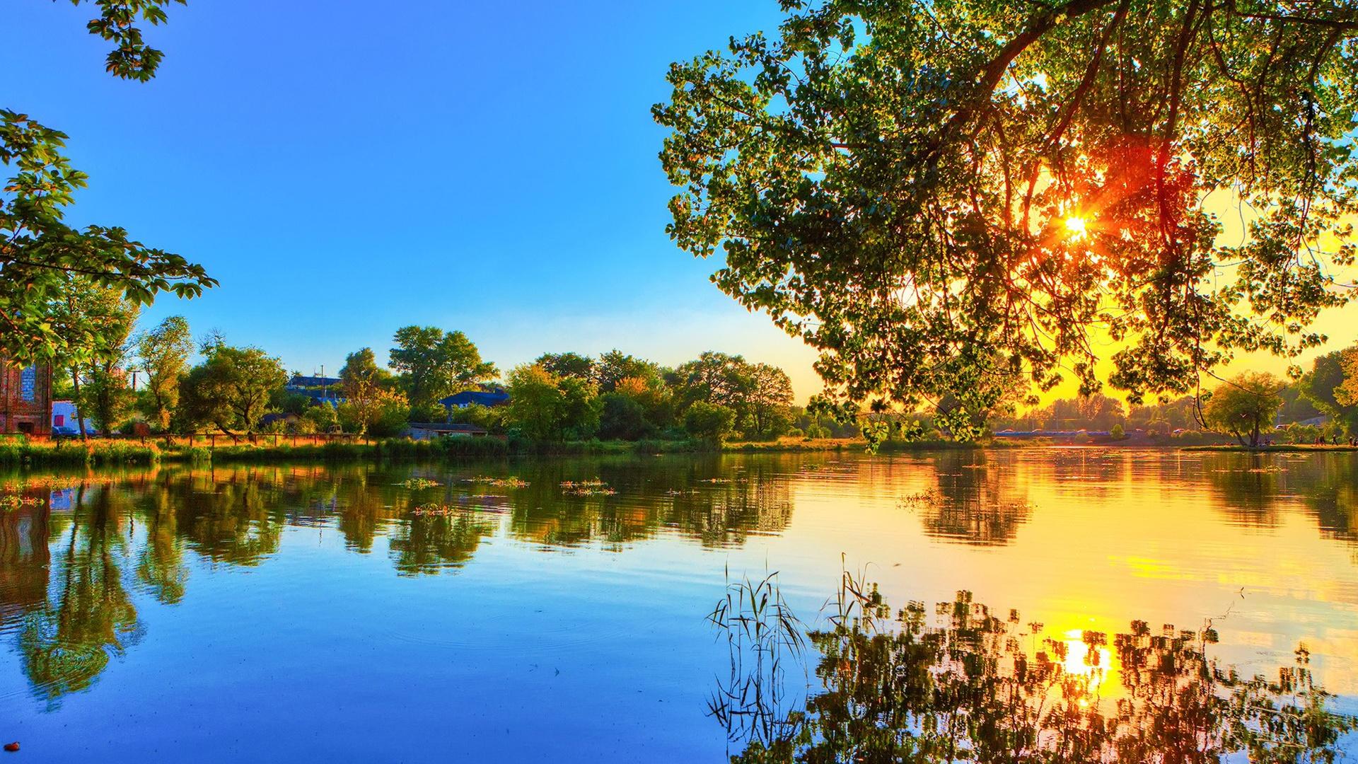 Fonds d'écran Printemps coucher du soleil, réflexion lac d'eau, arbres, soleil, ciel bleu ...