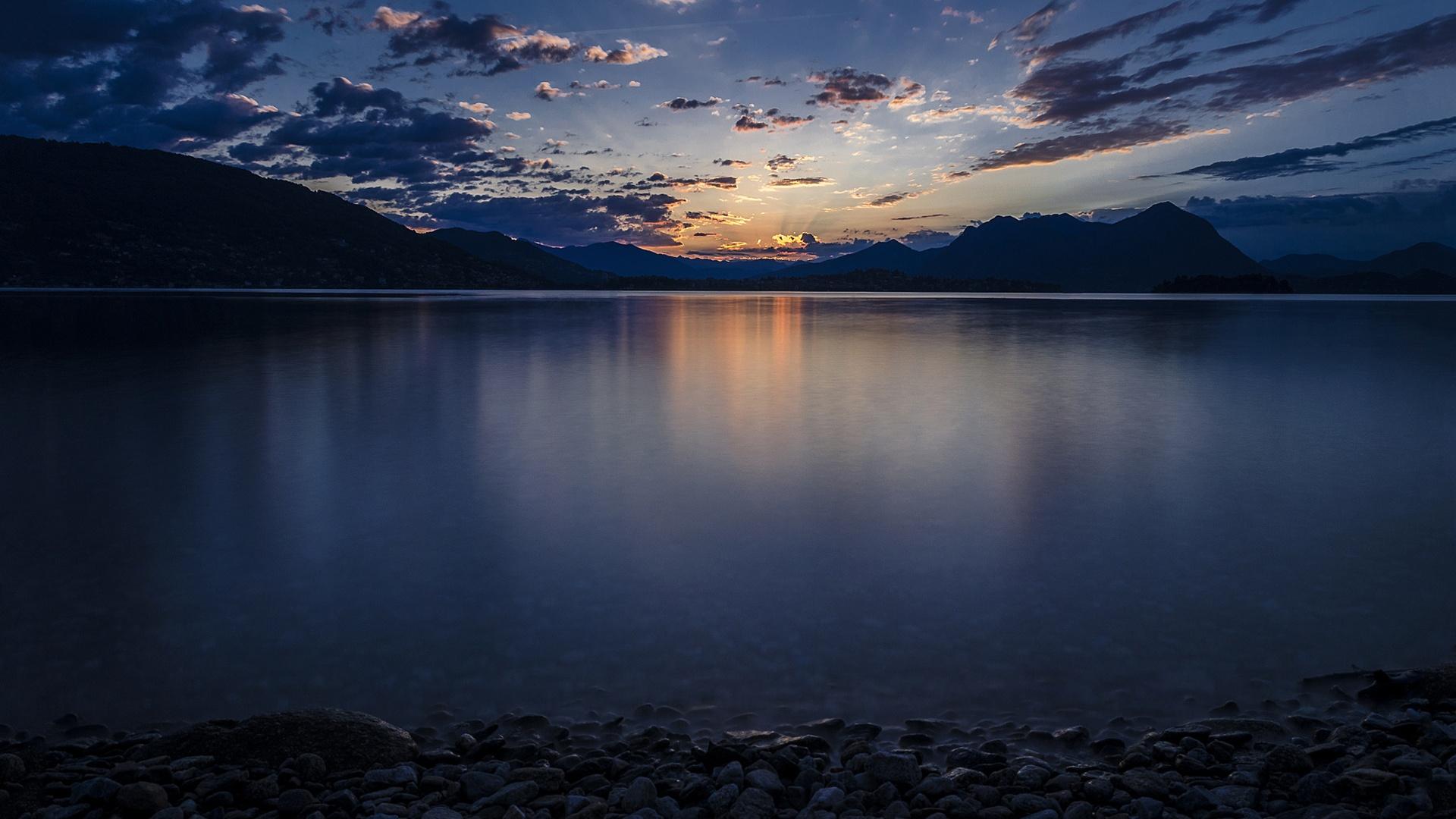 Облака над озером, галька, горы, лес  № 2950479 бесплатно