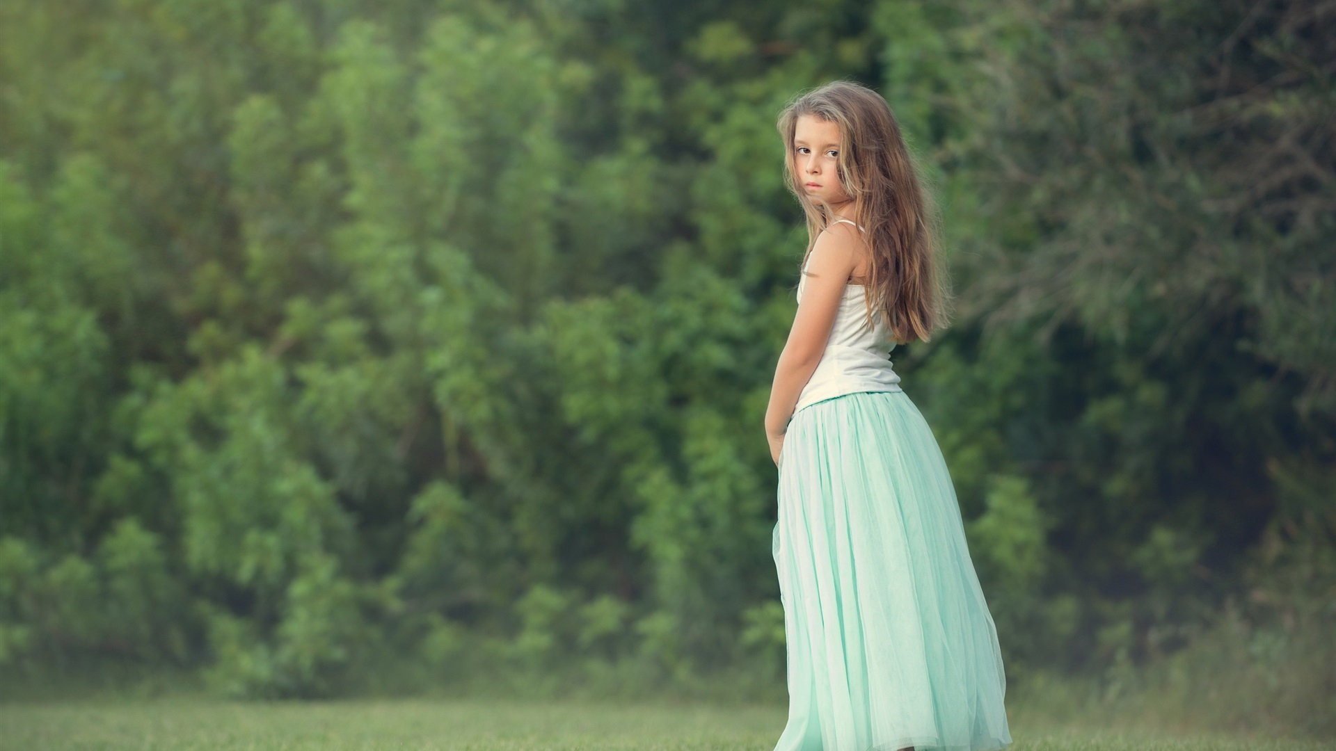 长头发的小女孩回头 壁纸 - 1920x1080 全高清图片