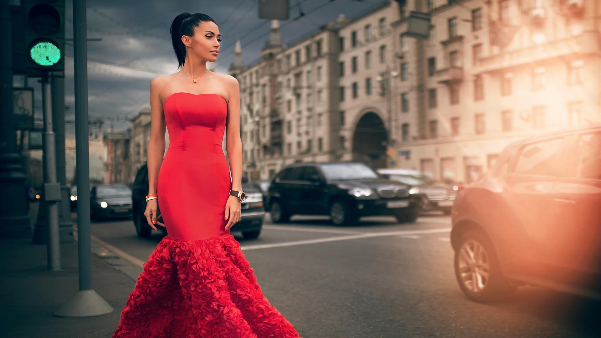 Фото красных девушек на улице