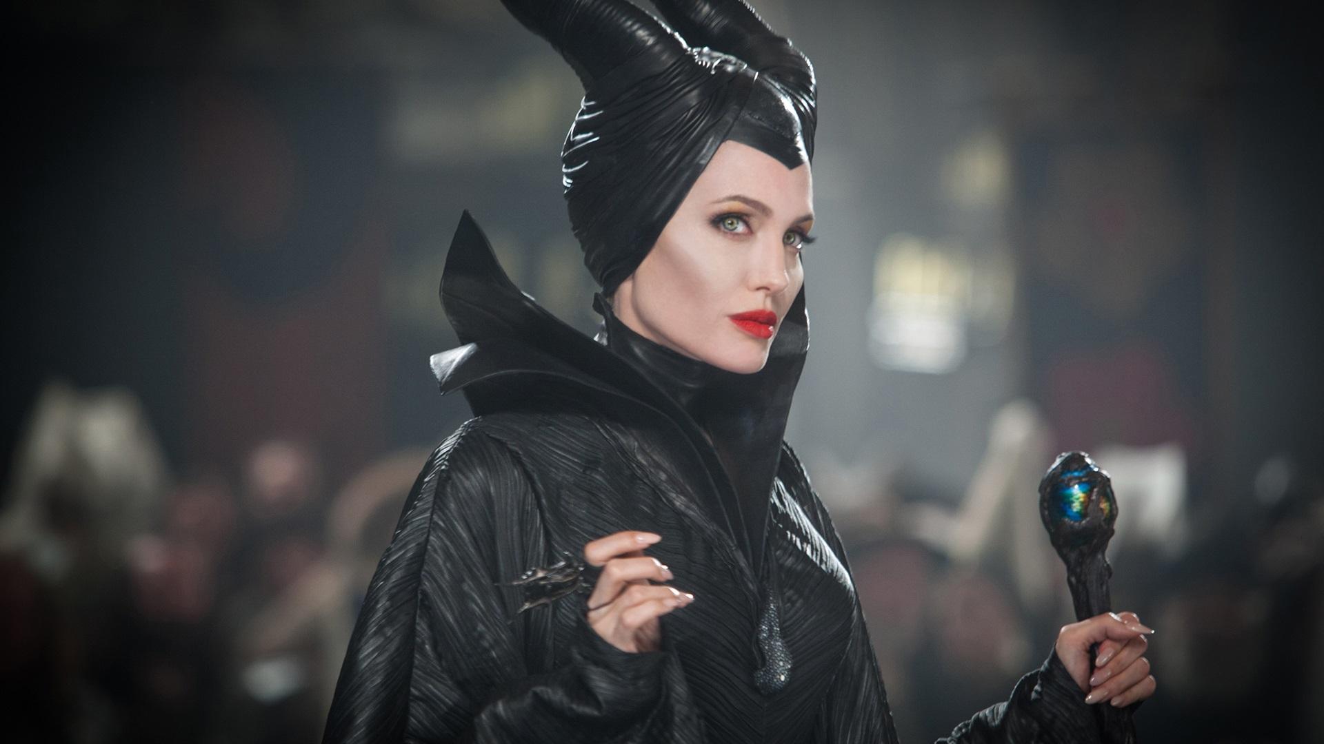 Angelina Jolie Bruja Vestido Negro Maleficent 640x1136