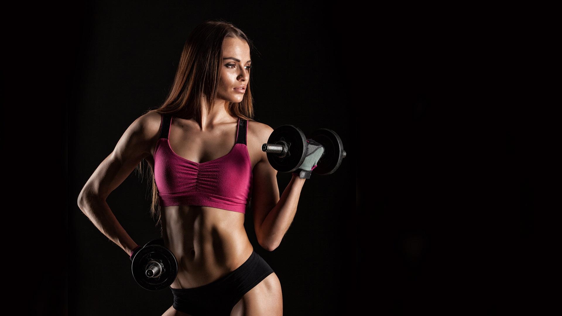 壁紙 フィットネスの女の子、女性、ダンベル、スポーツウェア、トレーニング、黒背景 3840x2160 UHD 4K
