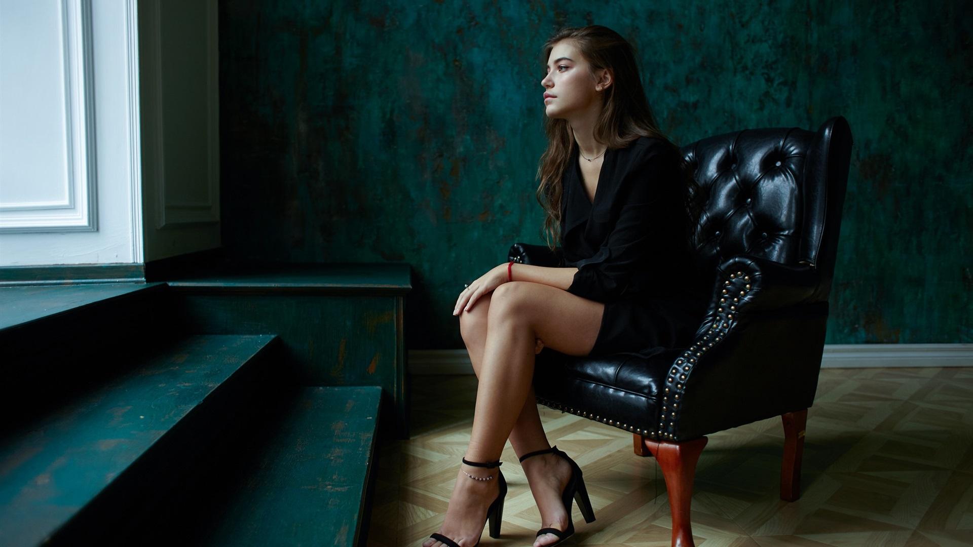 Фото моделей девушек сидящих в креслах