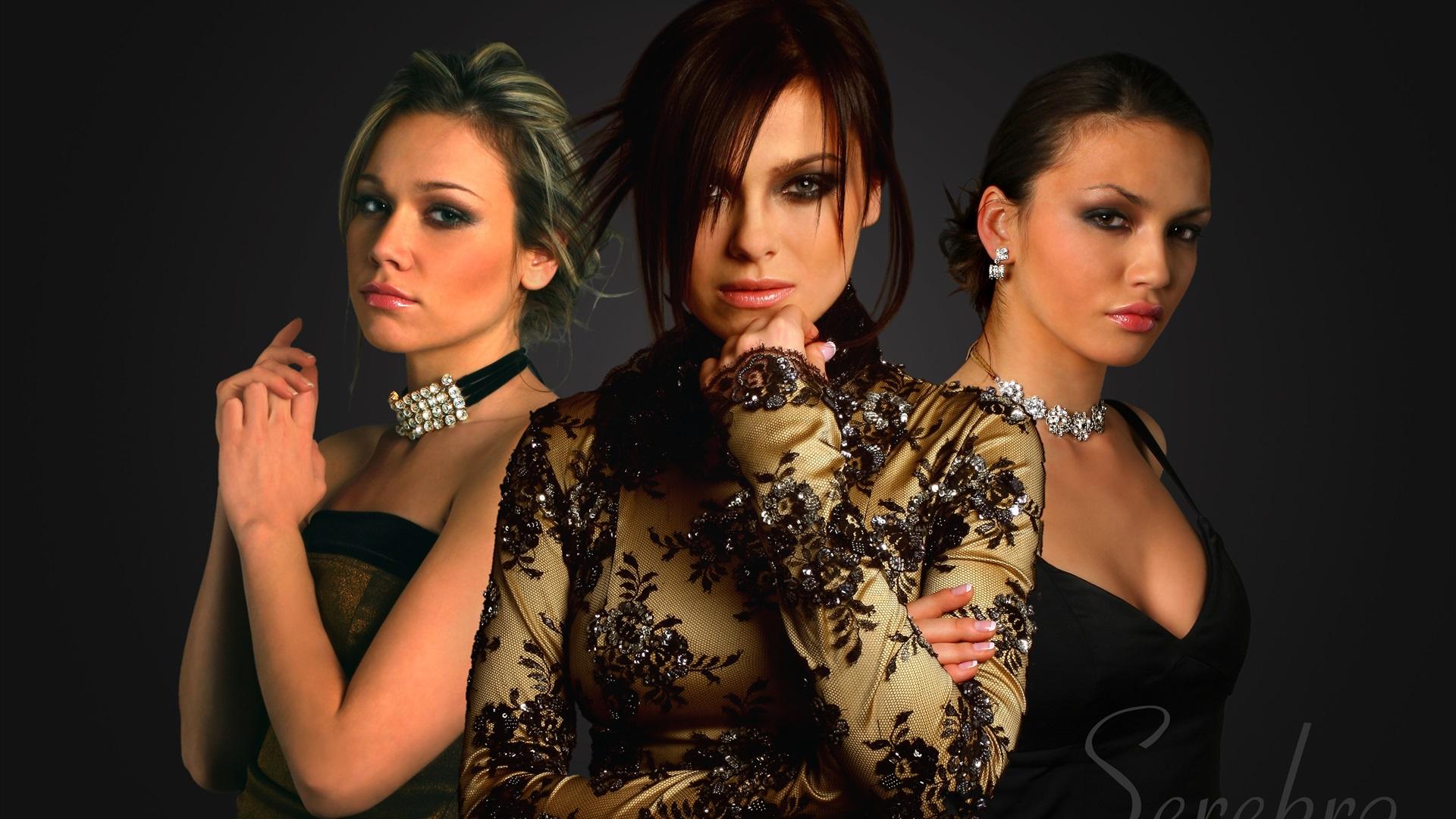 grupo de tres chicas acompañantes