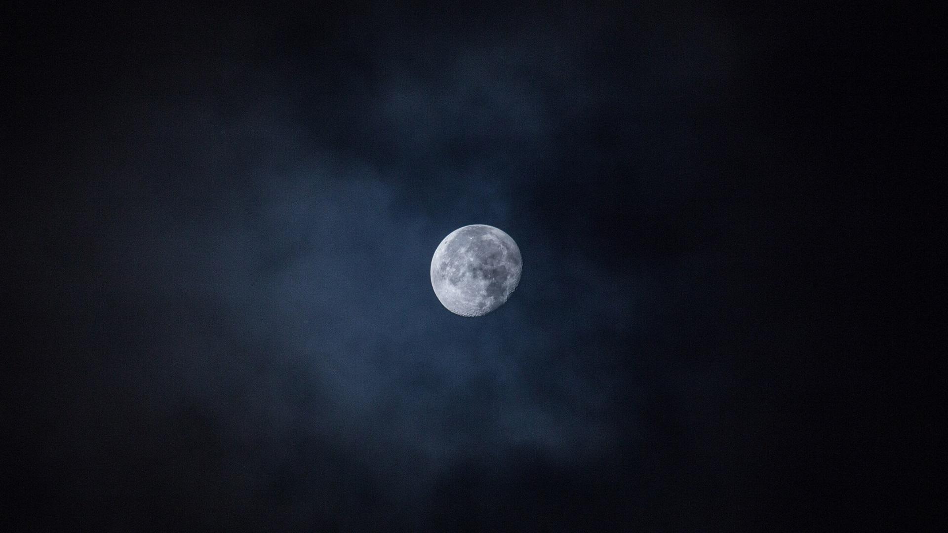 月亮在天空中,夜晚 壁纸图片