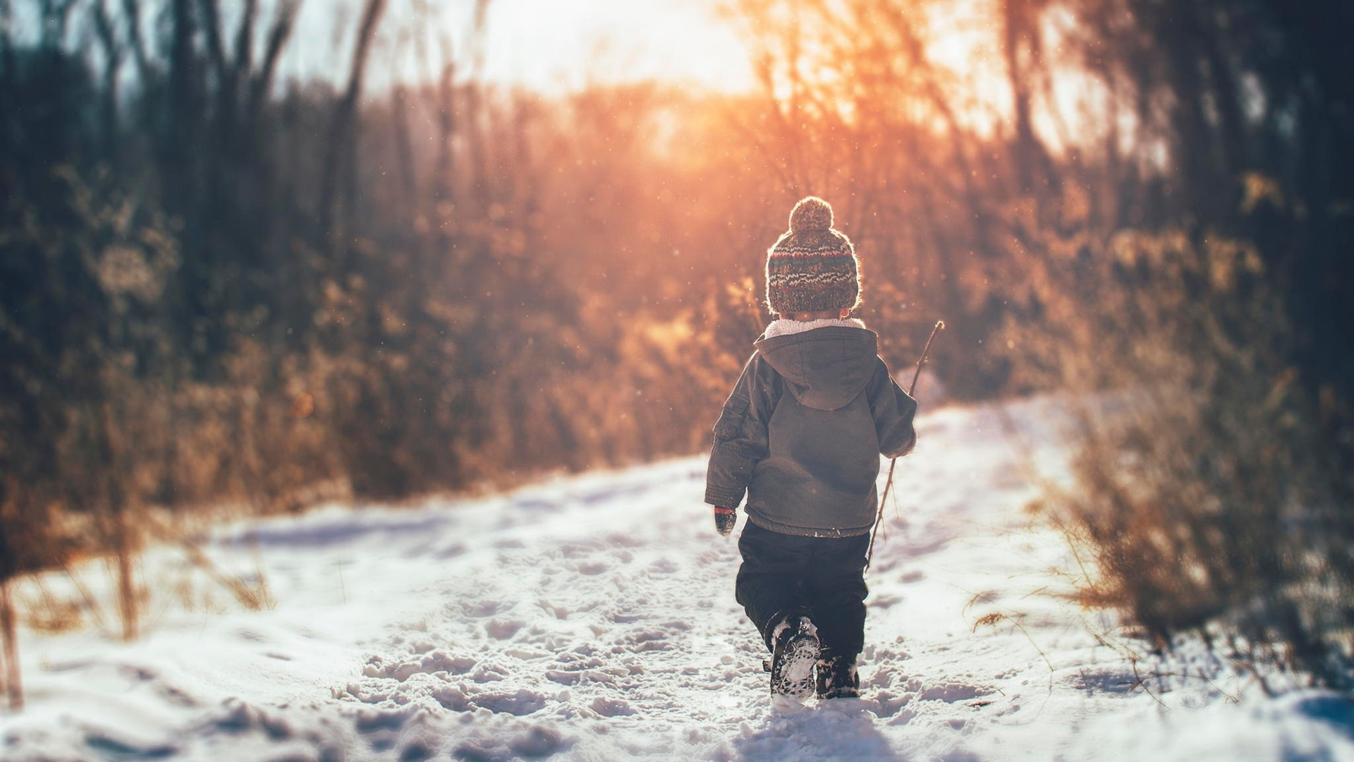 человек идущий по снегу картинки один
