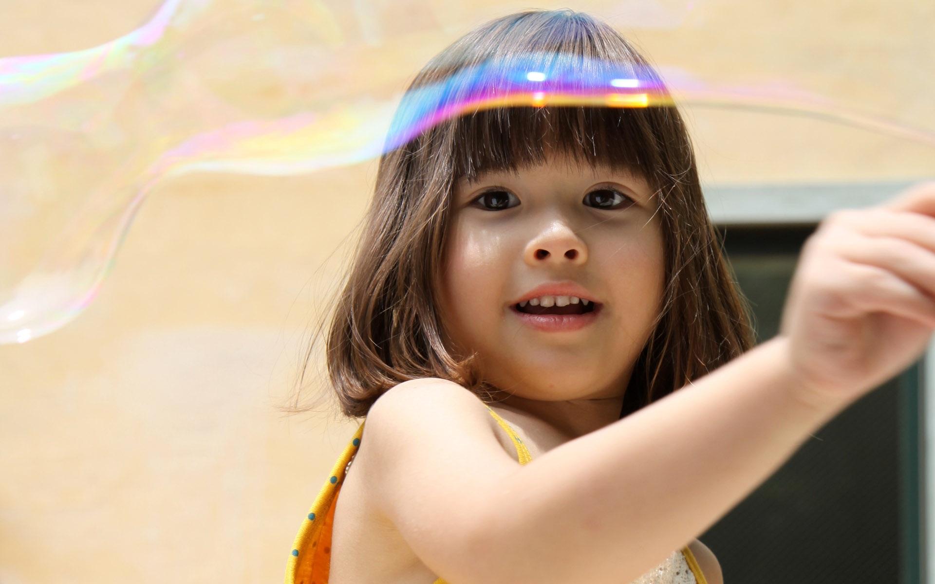 милая девочка с мыльными пузырями  № 1823144 без смс