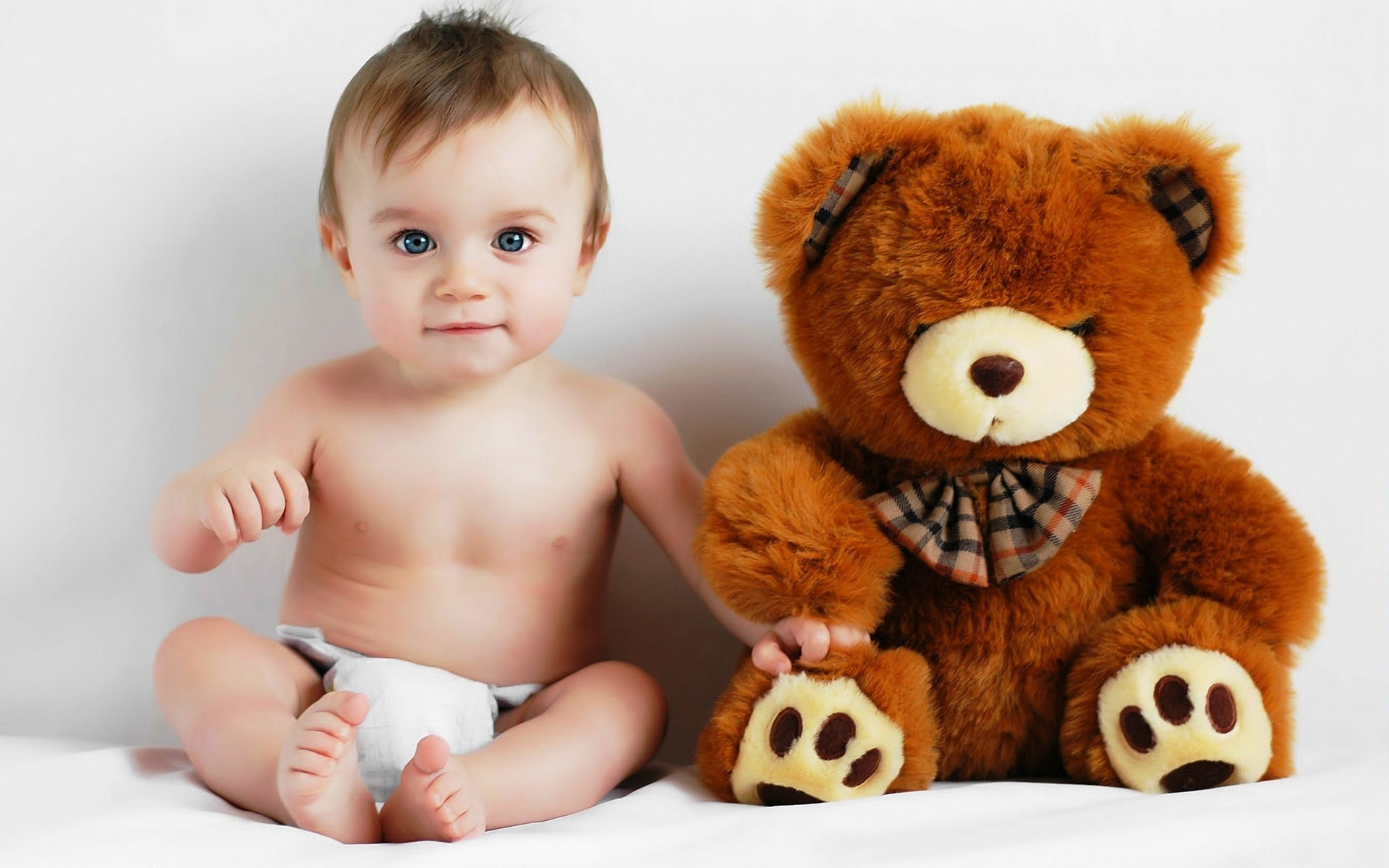 Baby and teddy bear photo wallpaper - 1920x1200