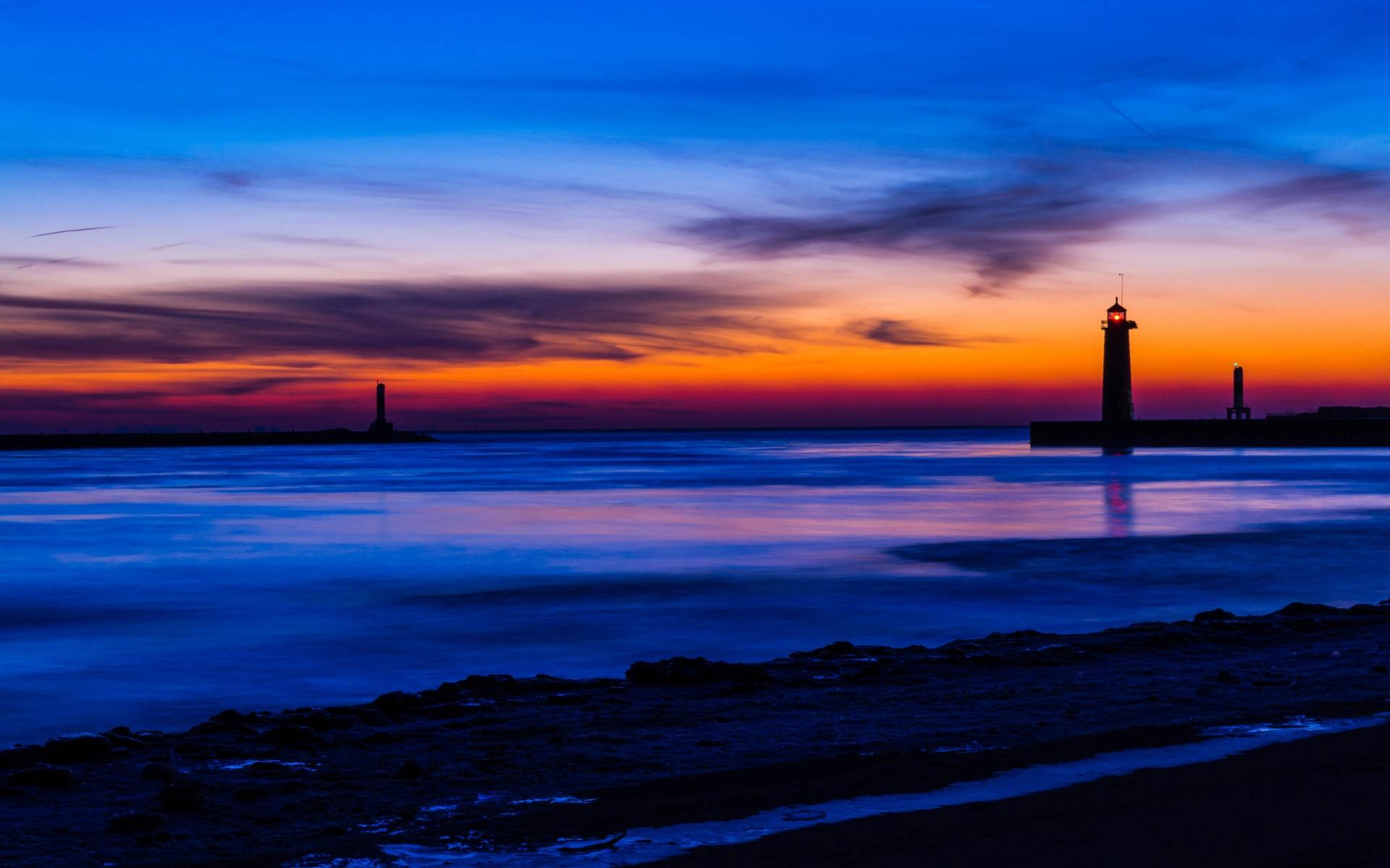 EUA, Michigan, mar, praia, farol, noite, céu azul e laranja, pôr do ...