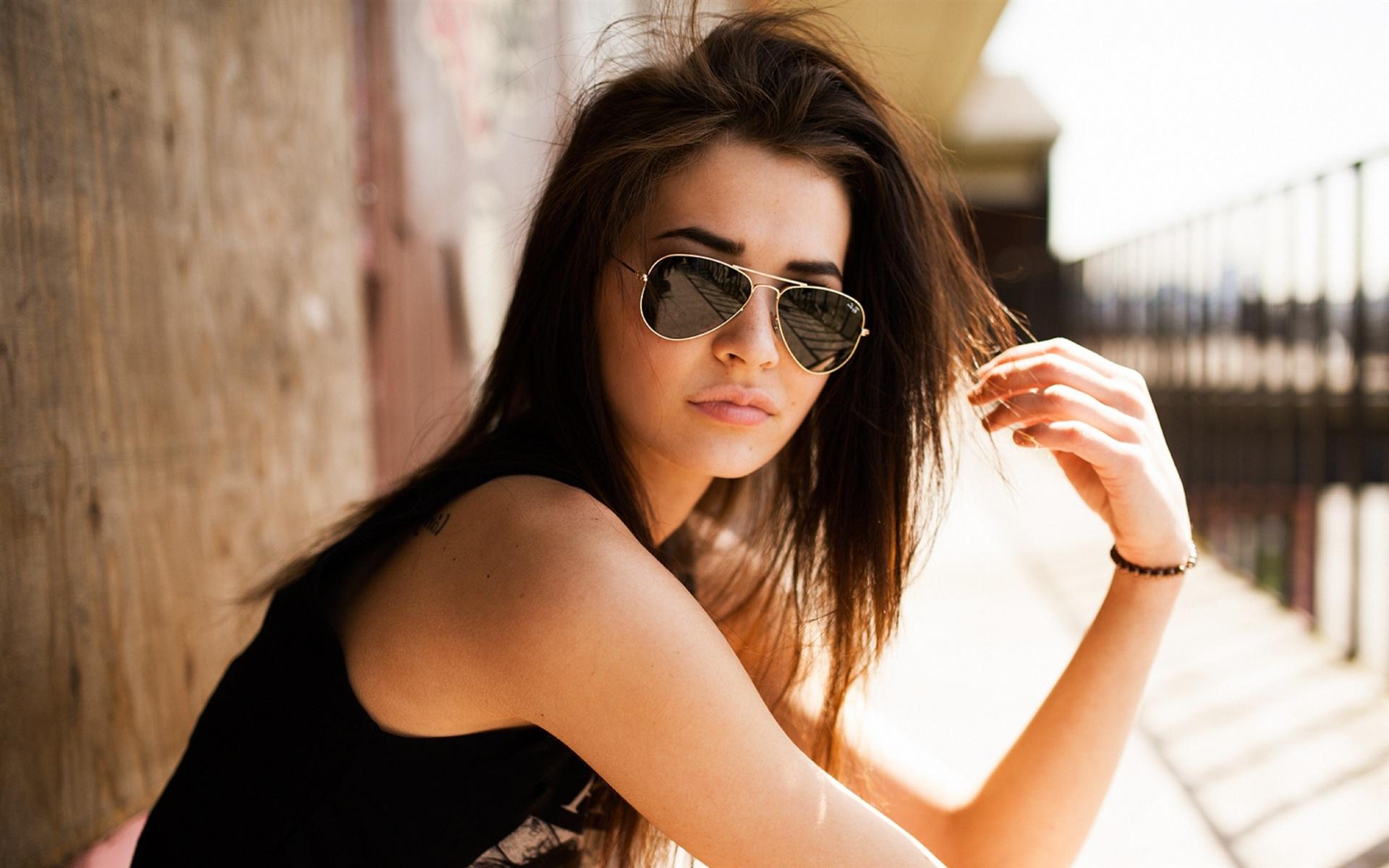обворожительная брюнетка в солнечных очках без смс