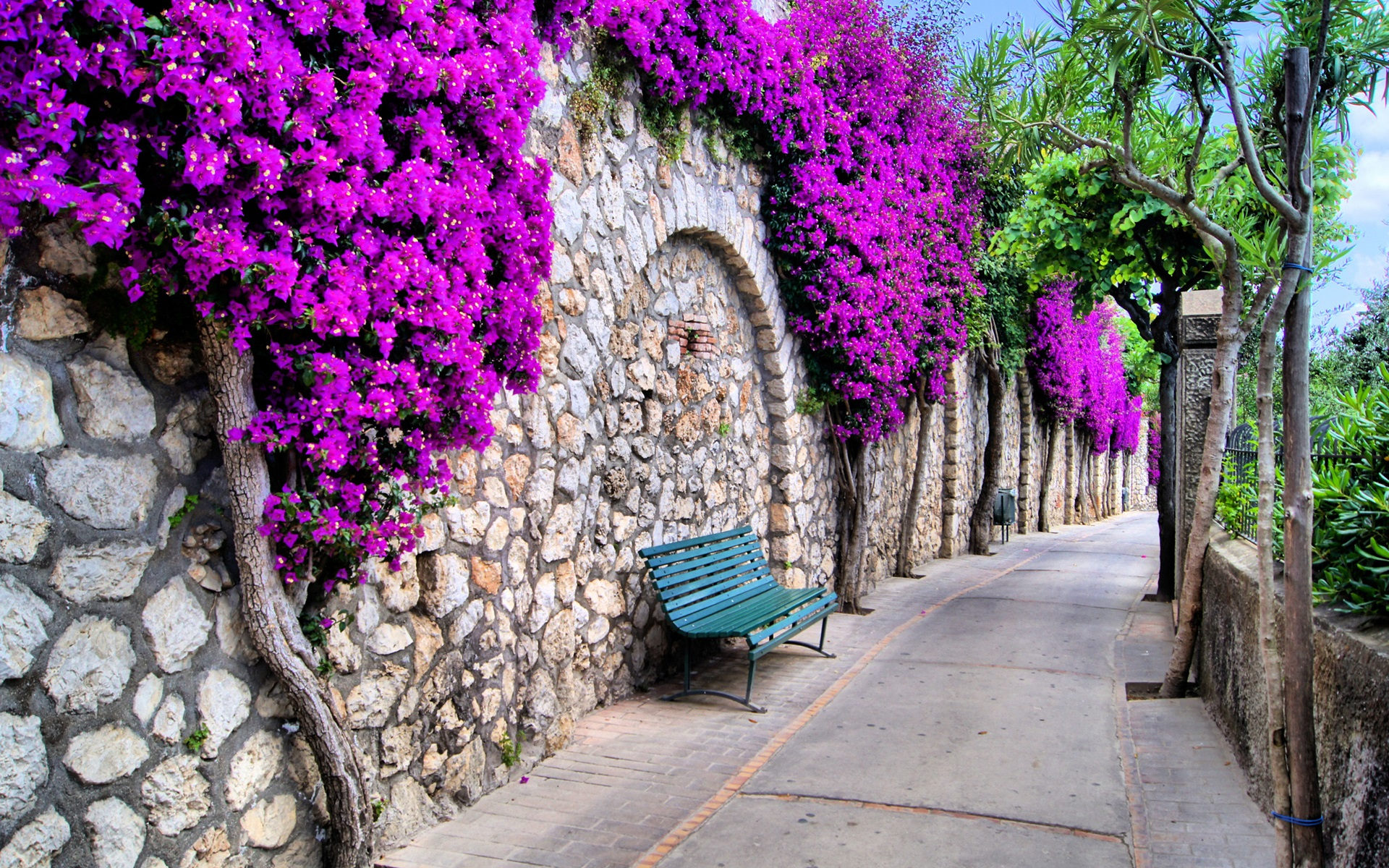 //Ciudad// Beautiful-city-Italy-streets-trees-flowers-benches_1920x1200