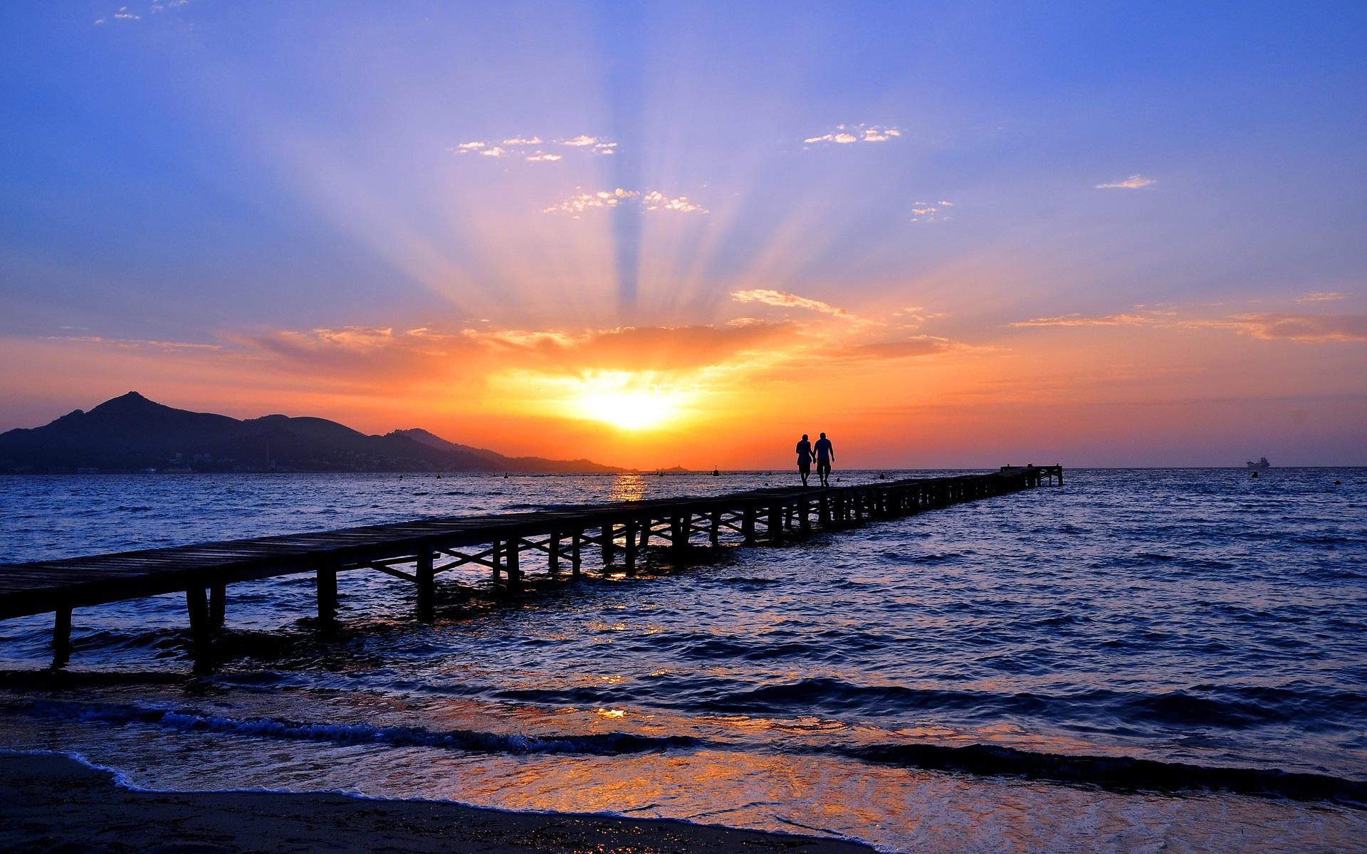 壁紙描述: 海邊,海水,沙灘,橋�,兩個人,天空