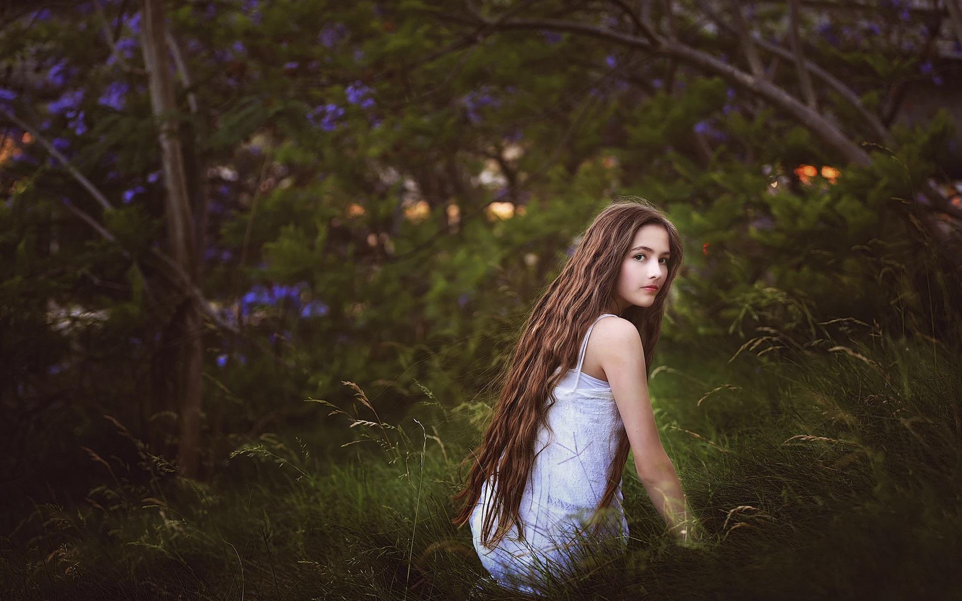 061261153b Wallpaper Girl in the grass