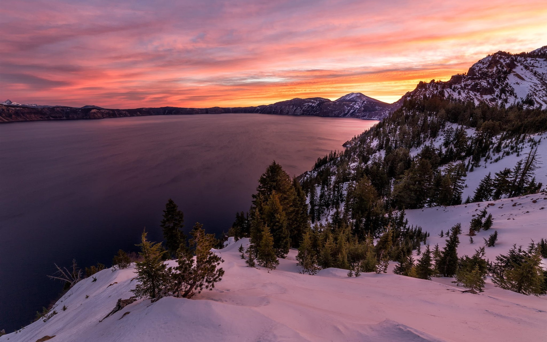 夜明けの壮大な雪景色