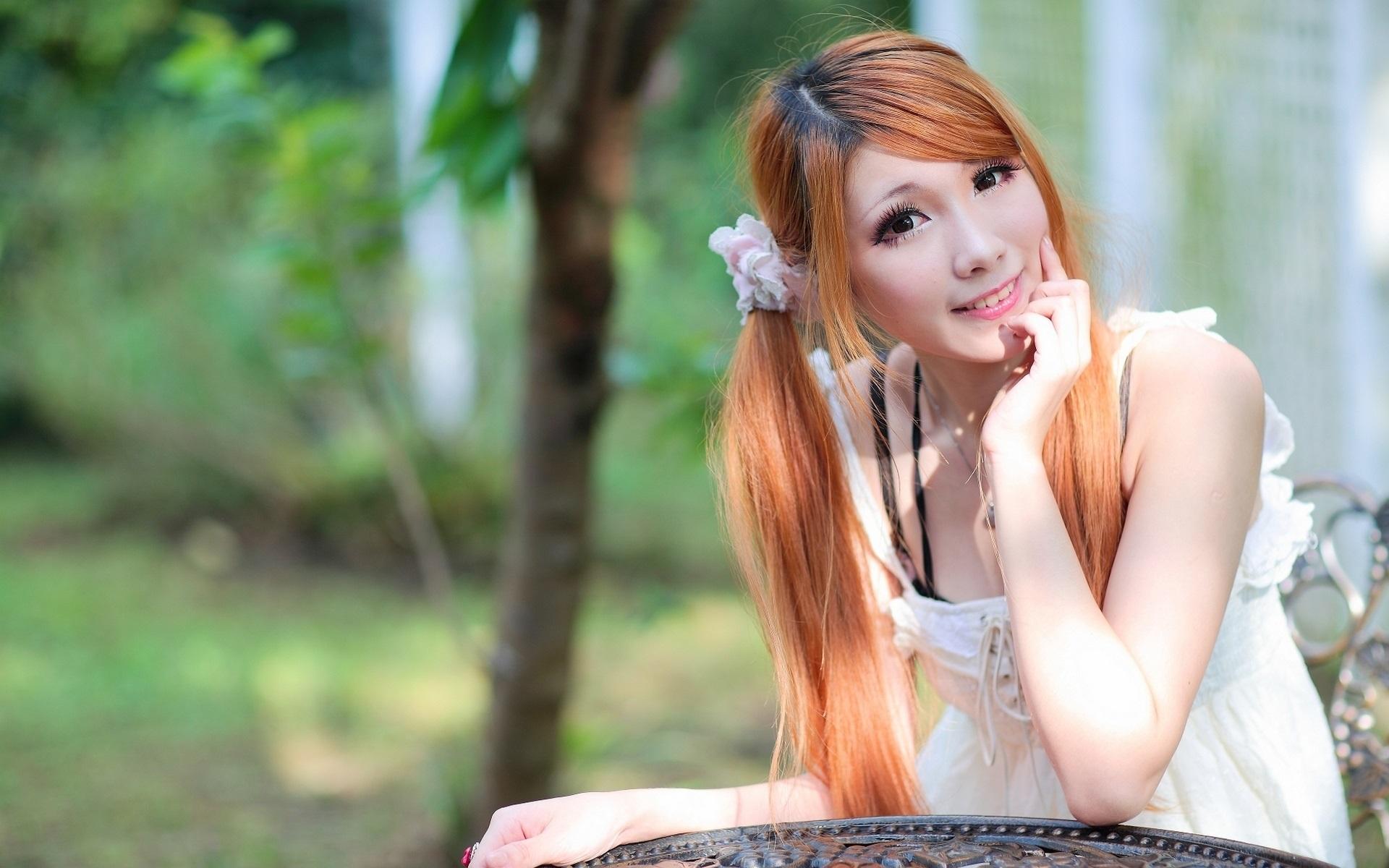 Рыжая китайская девушка