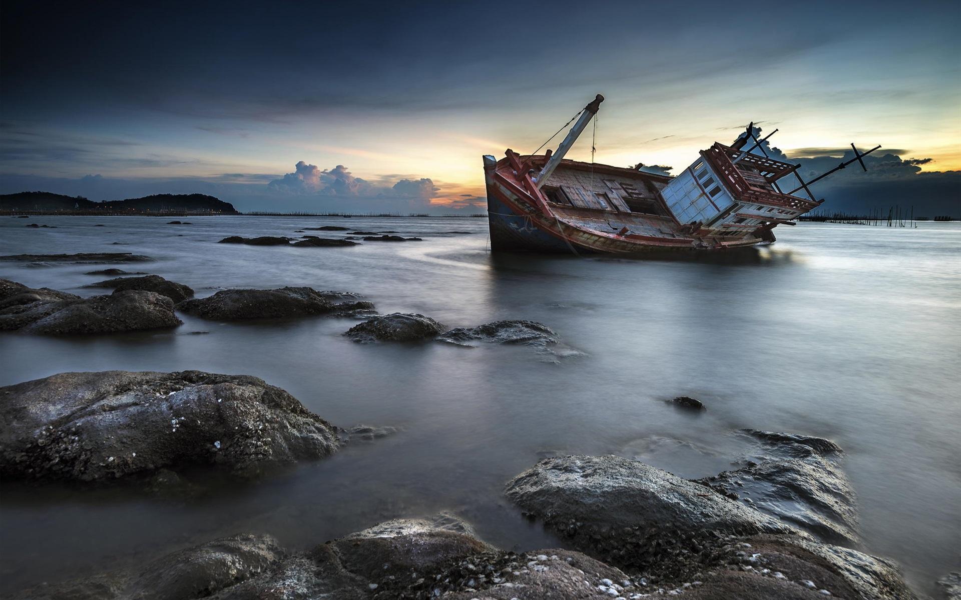 картинка корабль море скалы она
