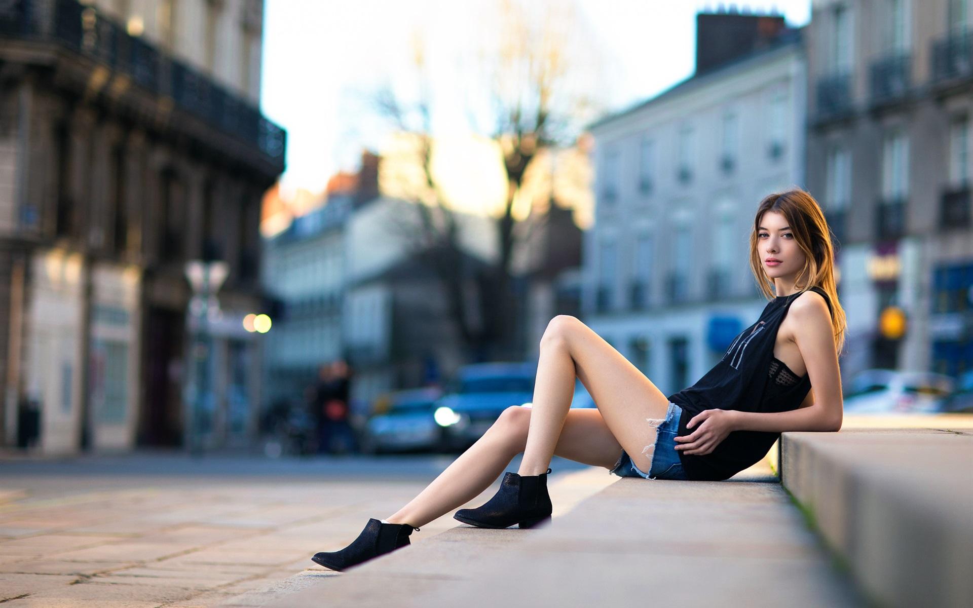 Девушки с красивыми ногами на улице — 6