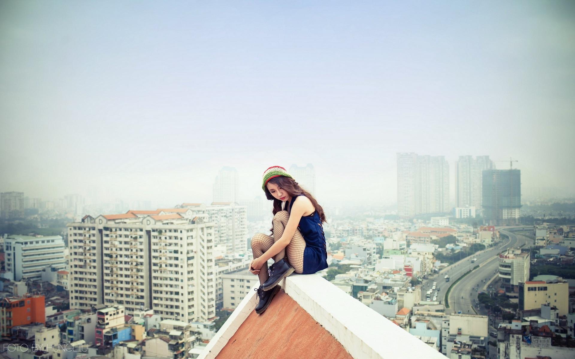 Парень и девушка сидят на крыше фото