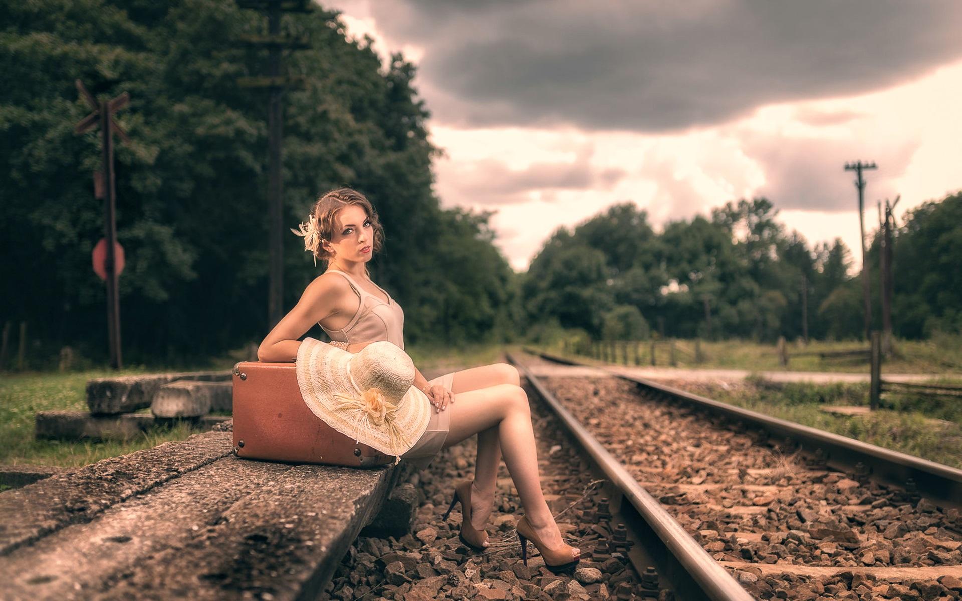 Фото голая голый девушки на железные дороги