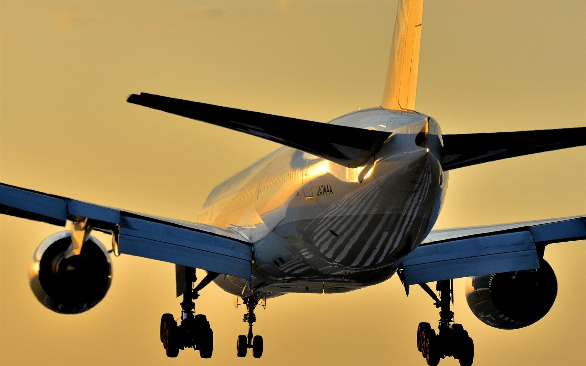波音777飞机降落 壁纸  波音777飞机降落 桌布 - 1920x1200 当前尺寸