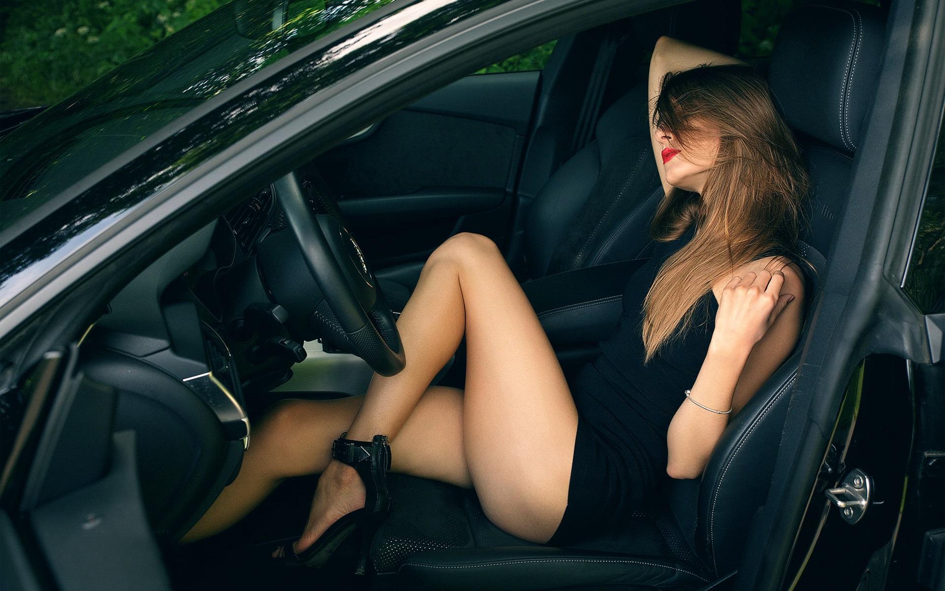 Ебли на заднем сиденье в машине