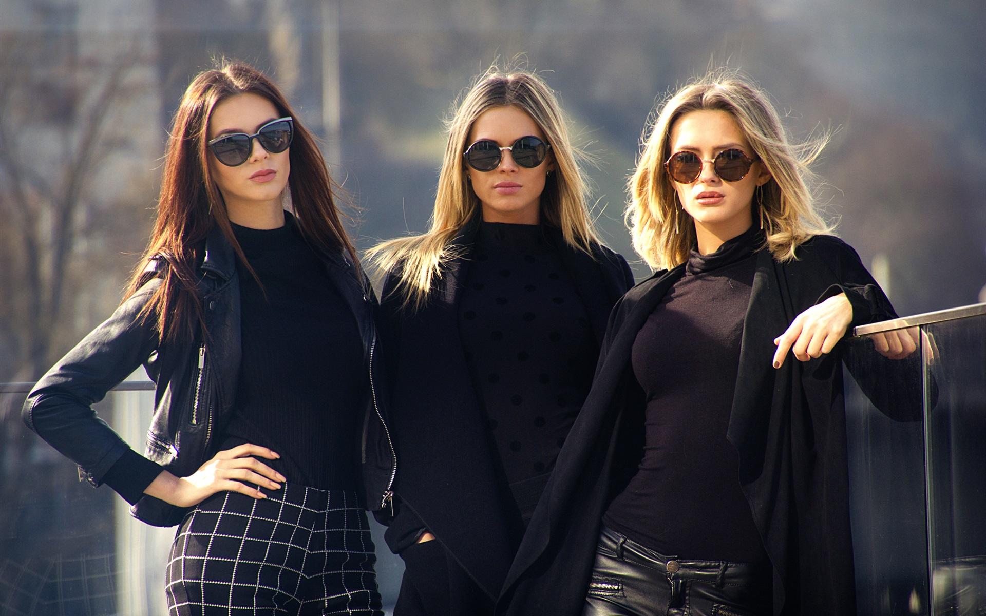 Модный девушка в черном