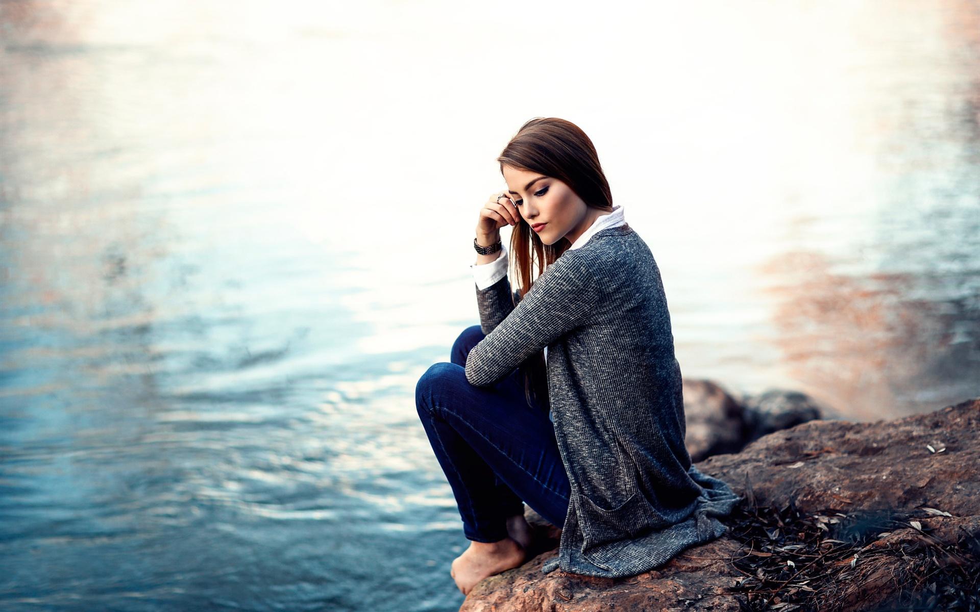 壁紙 女の子は湖畔に座って、思考している 1920x1200 HD 無料のデスクトップの背景, 画像