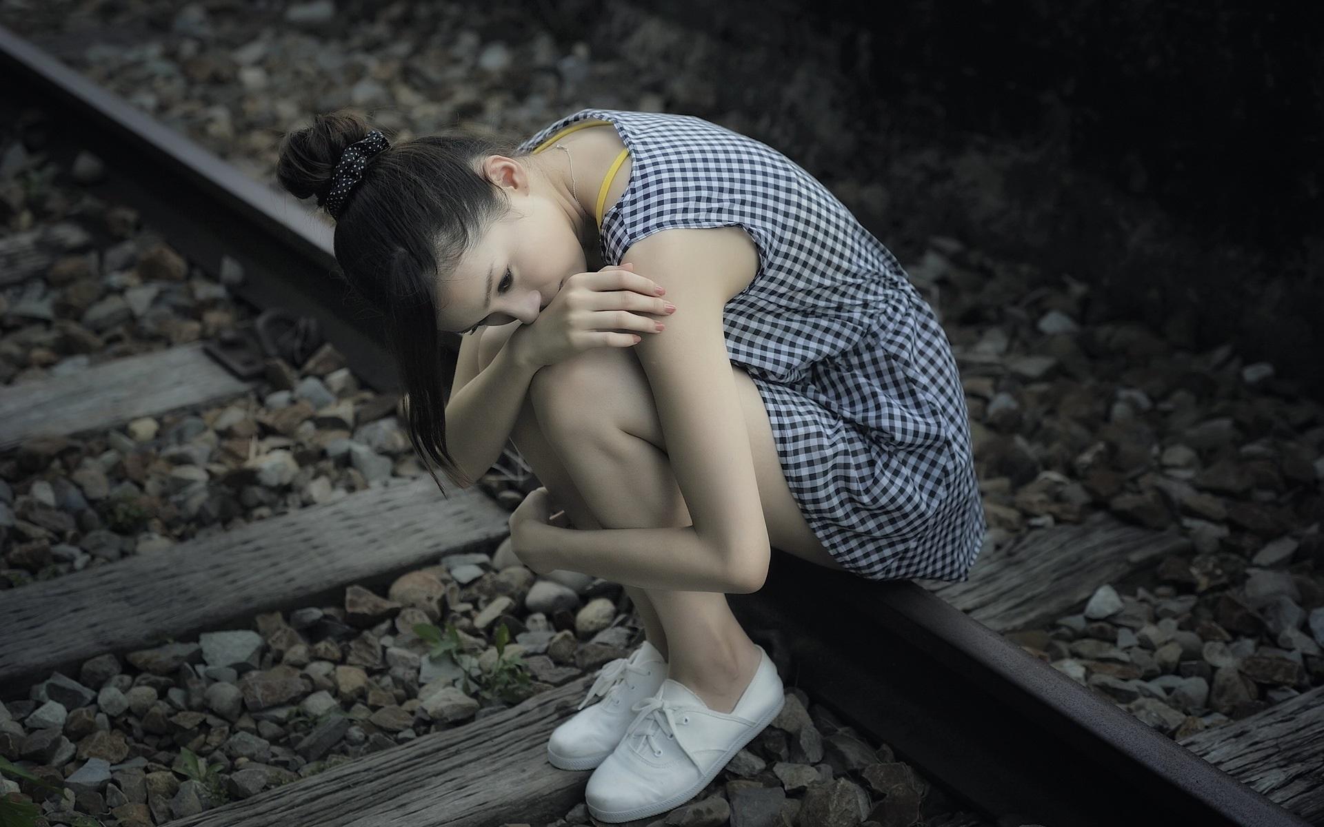 Картинки грустная девушка на рельсах
