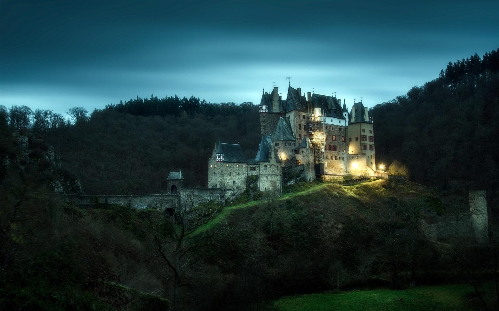 роль средневековый замок ночью картинки сообщает двух
