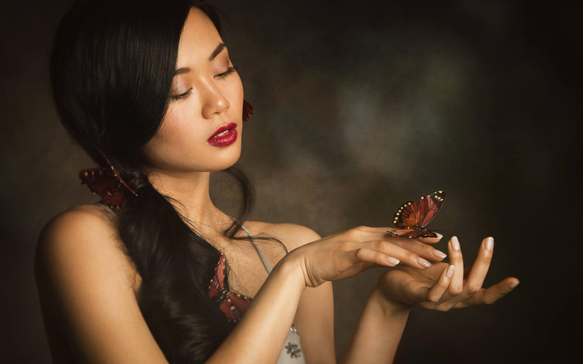 Девушка с бабочкой на ладони картинки